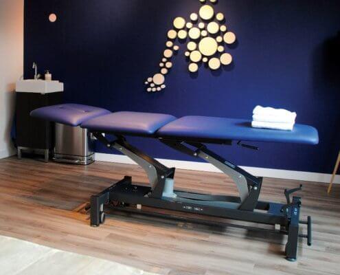 Een behandeltafel in een praktijkruimte voor fysiotherapie